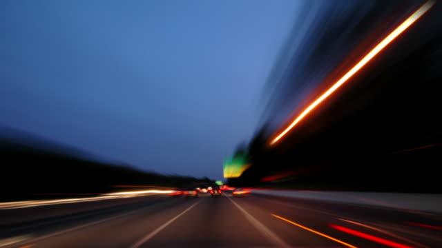 vídeos de stock e filmes b-roll de noite de condução - luz traseira de carro