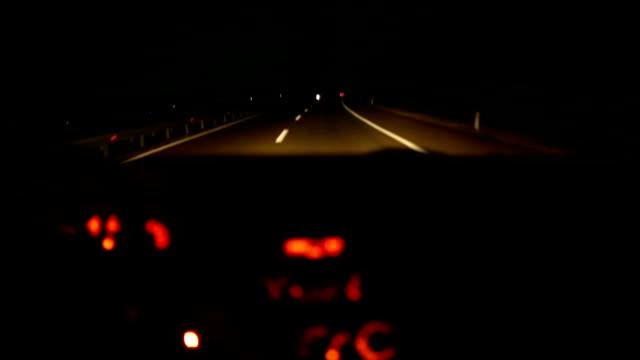 vídeos de stock e filmes b-roll de noite de condução - carrinha veículo