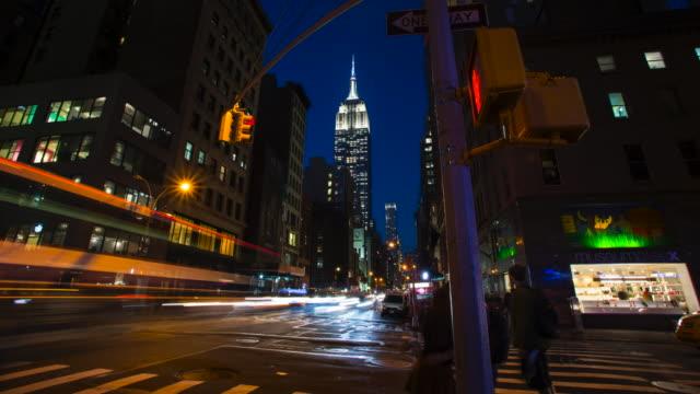 vídeos y material grabado en eventos de stock de intersección anochecer noche con tráfico y empire building - empire state building