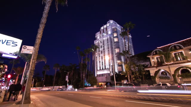 vídeos de stock, filmes e b-roll de ws t/l zi night exterior of historic art deco sunset tower hotel on the sunset strip also known as prime example of streamline moderne architecture - west hollywood