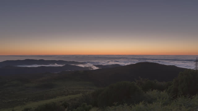 night falling above the clouds of madeira - zeitraffer tag bis dämmerung stock-videos und b-roll-filmmaterial