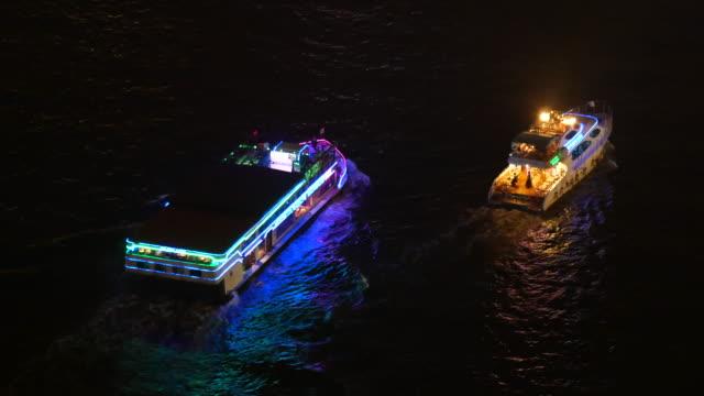 タイ ・ バンコクの夜フェリー ボート夜チャオプラヤー川 - チャオプラヤ川点の映像素材/bロール