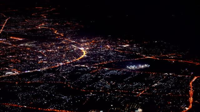 vídeos de stock, filmes e b-roll de visão noturna de voo sobre a cidade de chiang mai, tailândia, tirada da janela do avião - asa de aeronave