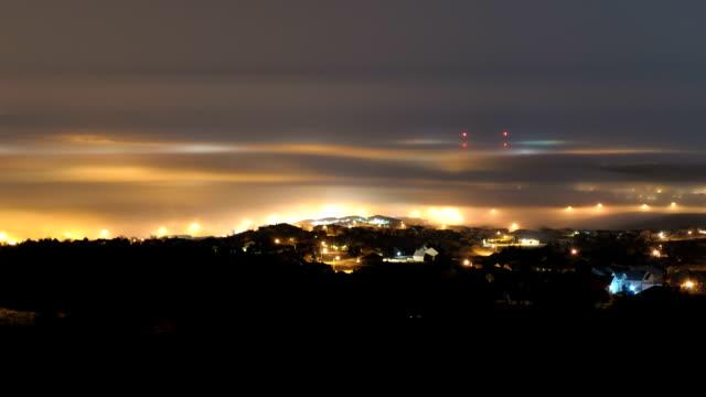vídeos de stock e filmes b-roll de night fog over a city, timelapse - rapid city