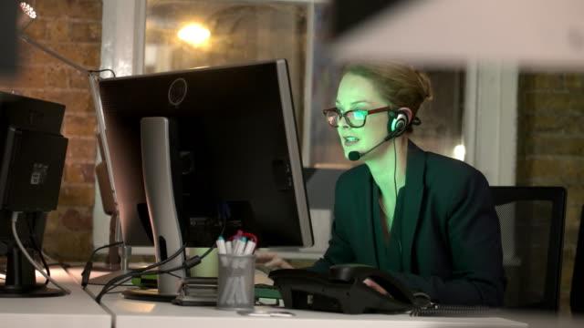 cuffia notte - offrire un servizio video stock e b–roll
