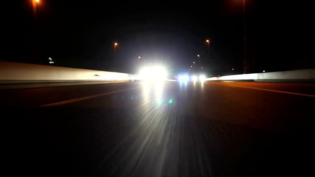 vídeos y material grabado en eventos de stock de night highway, vista posterior - faro luz de vehículo