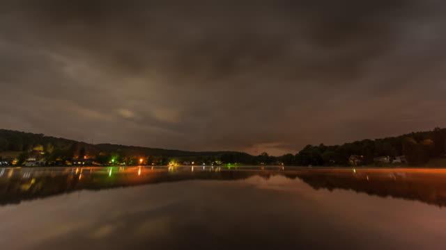 vídeos de stock, filmes e b-roll de night lake time lapse - lago reflection