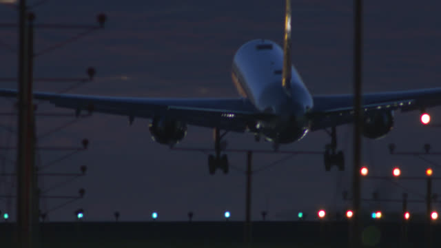night landing at lax - landen stock-videos und b-roll-filmmaterial