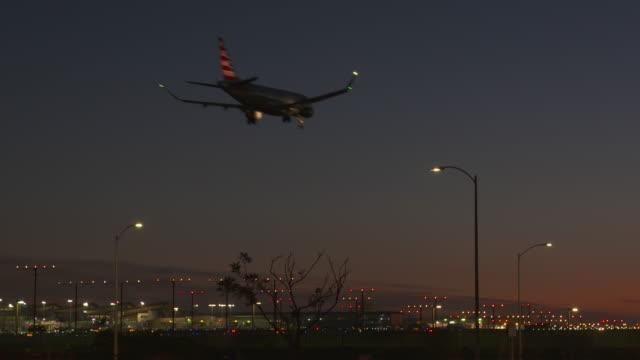 stockvideo's en b-roll-footage met night landing - lax airport