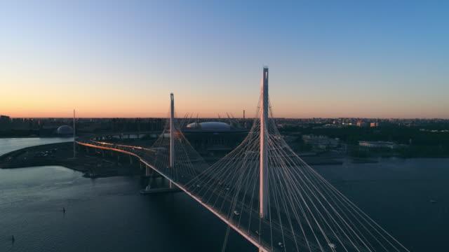 stockvideo's en b-roll-footage met het landschap van de nacht van een vlakke stad - brug mens gemaakte bouwwerken