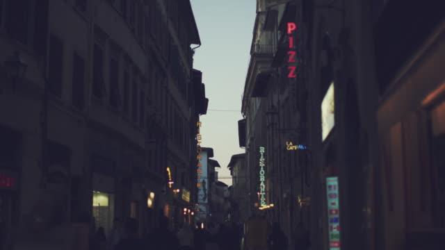 La vita notturna e le indicazioni per Firenze, Italia