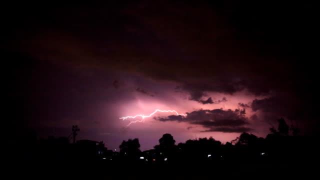 夜村の近くの落雷 - ストライキ点の映像素材/bロール