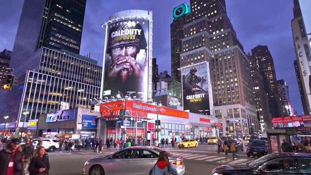 night manhattan. bank. advertise. crowd - digital signage stock videos & royalty-free footage