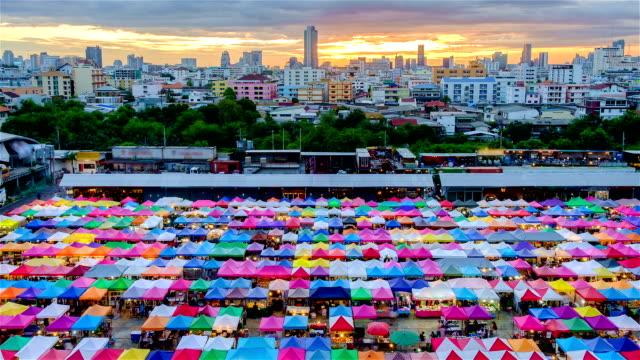 Nachtmarkt trainieren einen second-hand-Markt