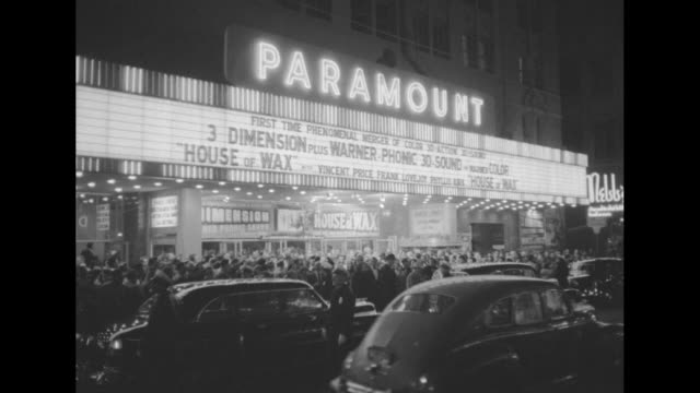 vídeos de stock e filmes b-roll de ws marquee of paramount theatre touts premiere of film 'house of wax' with crowd at theater entrance and police directing traffic on street in... - dirigir