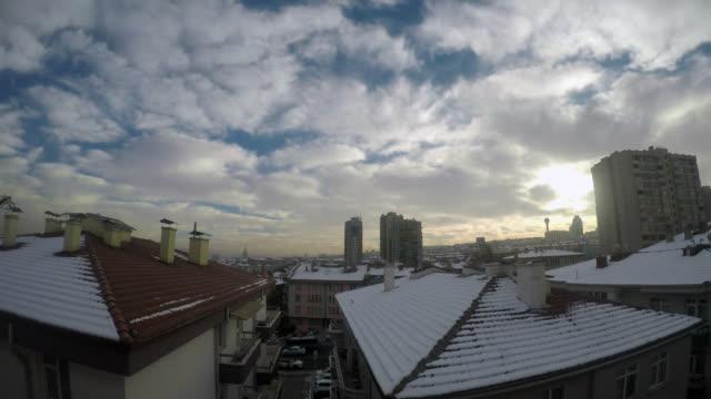vidéos et rushes de 4k: laps de temps d'hiver pendant 24 heures par jour - partie 03: nuit, matin, lever du soleil et le jour - toit en tuiles