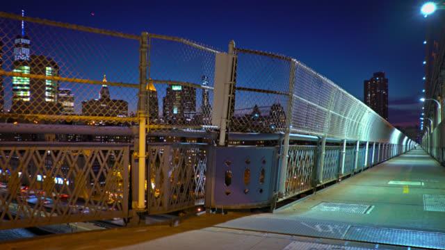 神秘的な夜のマンハッタン橋 - マンハッタン橋点の映像素材/bロール