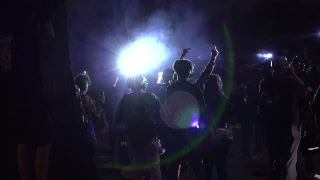 night of portland proud boys free kyle rittenhouse rally, counter protesters clash with police in riot geat outside justice center, arrests, police... - portland oregon bildbanksvideor och videomaterial från bakom kulisserna