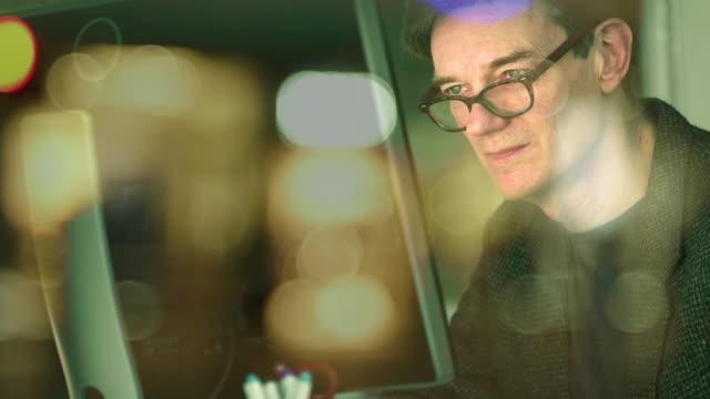 fönstret nattkontorsarbetare - spegling bildbanksvideor och videomaterial från bakom kulisserna
