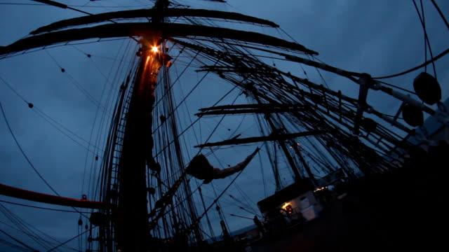 notte sul ponte di una vecchia barca a vela - veliero video stock e b–roll