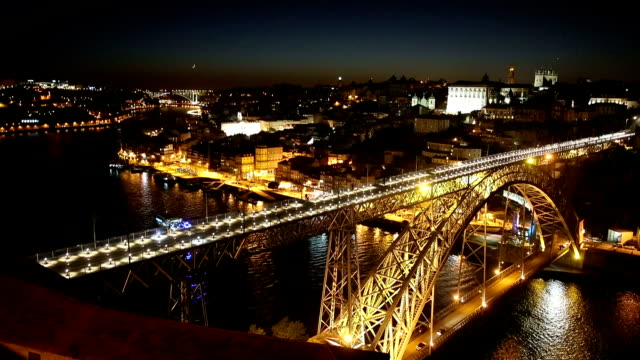 vídeos de stock, filmes e b-roll de vdo: noite portugal com o dom luiz bridge - porto distrito