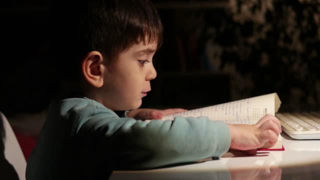 lettura notturna del libro preferito - silenzio video stock e b–roll