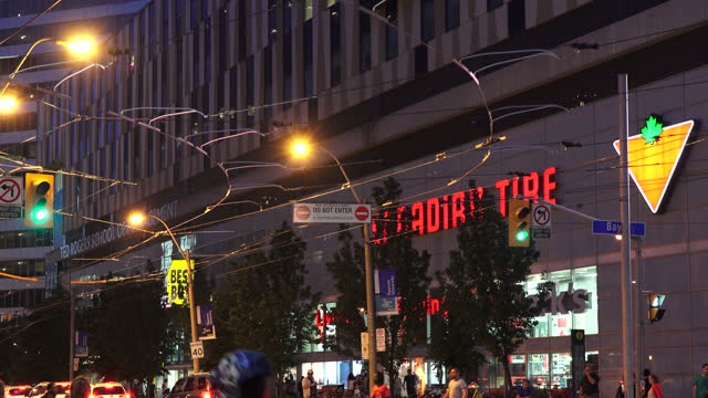 vidéos et rushes de night scene of the intersection of bay street and dundas street in the downtown district seen on july 22, 2019; in toronto, ontario, canada. the... - panneau d'entrée