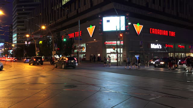 vidéos et rushes de night scene of the intersection of bay street and dundas street in the downtown district seen on july 22, 2017; in toronto, ontario, canada. the... - panneau d'entrée