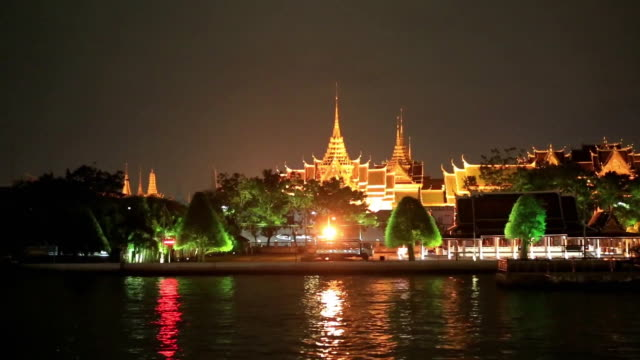 vídeos de stock, filmes e b-roll de night scenery of chao phraya river and tourboat - rio chao phraya