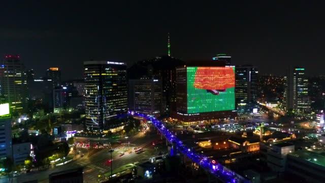 vidéos et rushes de night scenery of downtown district near seoul station, seoul, south korea - billboard