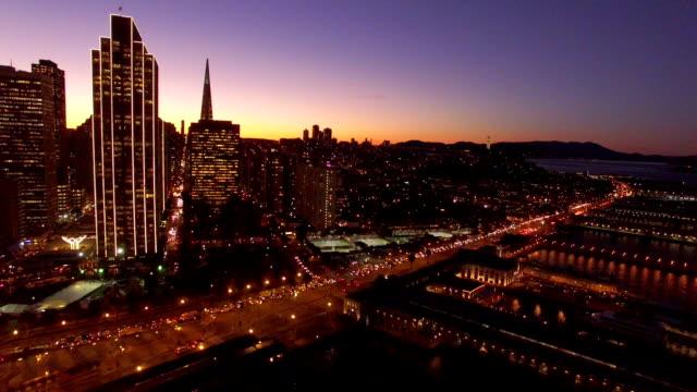 vídeos y material grabado en eventos de stock de night scenery of downtown district with skyscrapers and harbor - escritura occidental