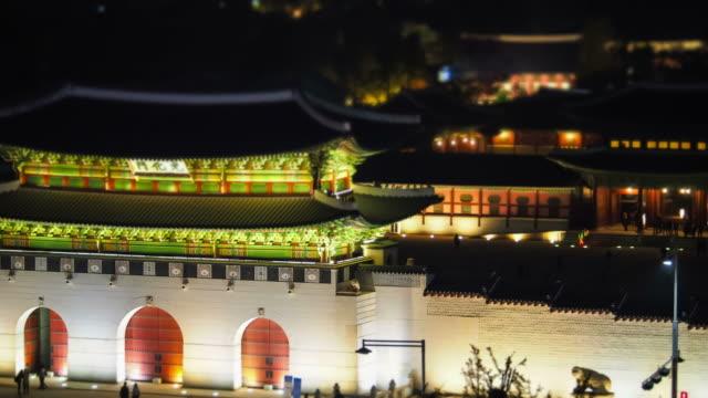 night scenery of geunjeongjeon and gwanghwamun gate at gyeongbokgung palace - besichtigung stock-videos und b-roll-filmmaterial