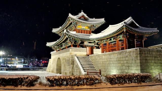night scenery of pungnammun gate (built during joseon dynasty in 1768 and the gate is korea treasure 313) in snowy weather, jeollabuk-do - ローカルな名所点の映像素材/bロール