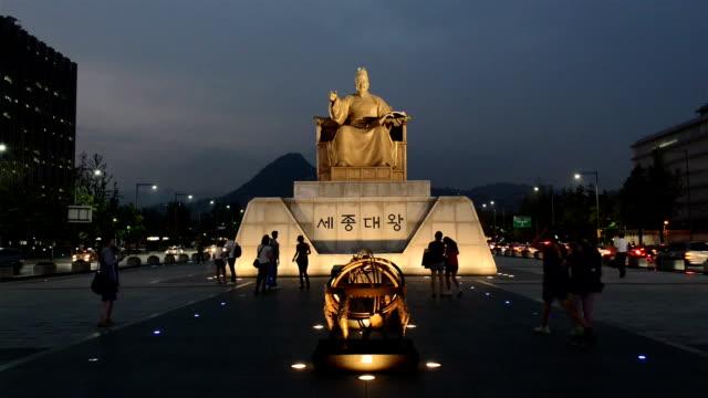 night scenery of statue of sejongdaewang(the 15th century korean monarch, creater of hangul) at gwanghwamun square - figura maschile video stock e b–roll