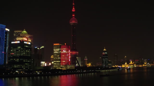 vídeos de stock, filmes e b-roll de night scenery view of downtown district and oriental pearl tower in shanghai - torre oriental pearl