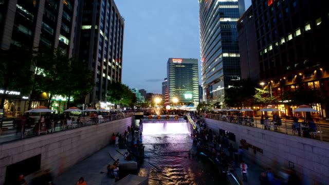 night scenery view of tourists enjoying cheonggyechon creek and square - besichtigung stock-videos und b-roll-filmmaterial