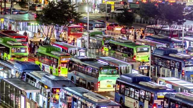 night scenery view of traffic moving and people waiting at seoul station bus transfer center - station stock-videos und b-roll-filmmaterial