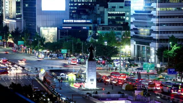 night scenery view of traffic moving on crossroad of gwanghwamun square and yi sunsin (historic naval commander during the joseon dynasty) bronze statue - korea点の映像素材/bロール