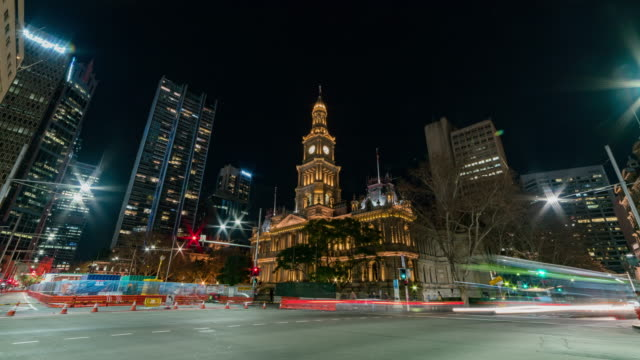 night scenery view of traffic moving on the road near sydney town hall - ニューサウスウェールズ州点の映像素材/bロール