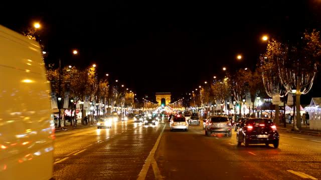 vídeos y material grabado en eventos de stock de night scenery view of traffic moving on the road of champs-elysees quarter - faro luz de vehículo