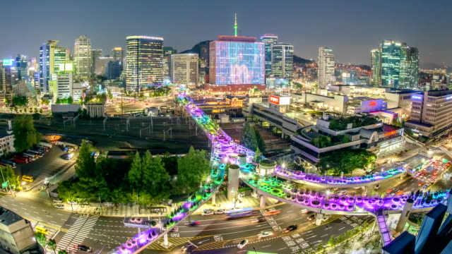 night scenery view of traffic moving, seoullo 7017 (the first pedestrian road recently established in elevated road) and cityscape of seoul square - korea点の映像素材/bロール