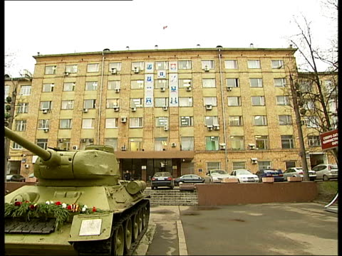 vidéos et rushes de night scenes of moscow shops and busy streets / restaurant and dj / soviet t34 tank monument general views of a soviet t34 tank as a war memorial... - plaque rue