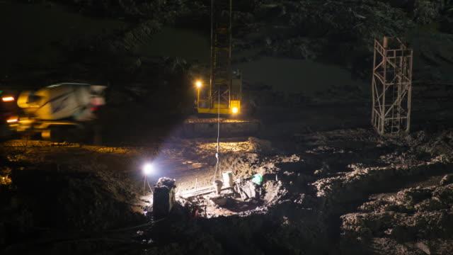 abends arbeiter auf der baustelle nahaufnahme - tierisches skelett stock-videos und b-roll-filmmaterial