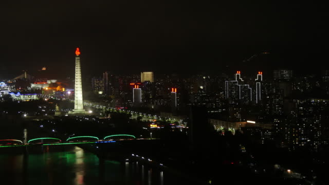 tl- night shot of juche tower and taedonggang district, in pyongyang, north korea, drpk. wide shot from above. - 見渡す点の映像素材/bロール