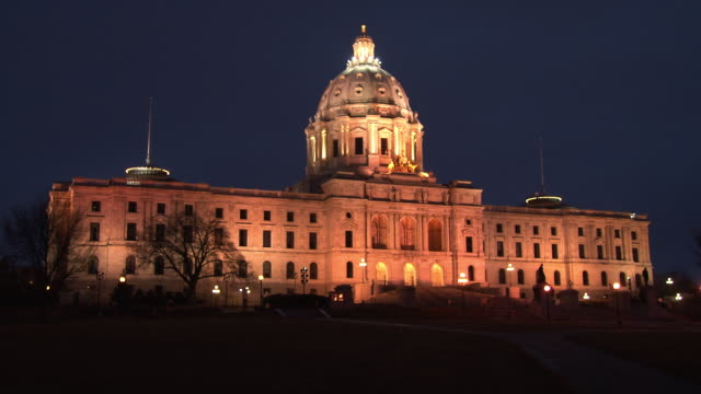 vídeos de stock e filmes b-roll de a night shot of the minnesota state capitol building in st. paul minnesota - saint paul minnesota