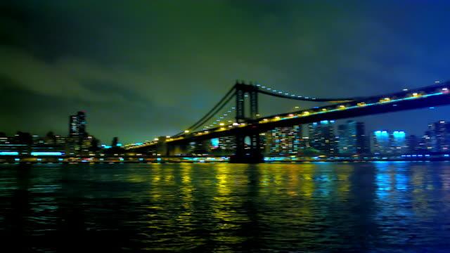vídeos de stock, filmes e b-roll de night shot of williamsburg bridge, panning across to brooklyn bridge. - williamsburg new york
