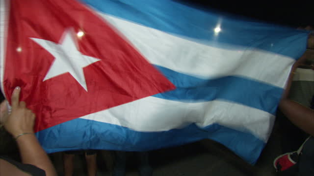 vidéos et rushes de night shots of citizens at a memorial event being held for the late former cuban president fidel castro some holding cuban flags and some with faces... - révolution cubaine