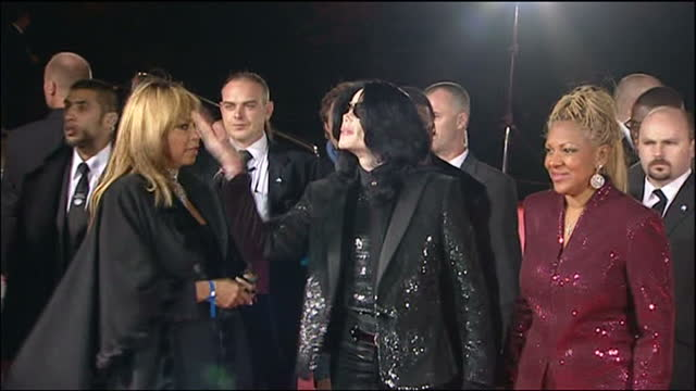 night shots of michael jackson arrives & walks the red carpet at the world music awards in london. michael jackson at world music awards on november... - マイケル・ジャクソン点の映像素材/bロール