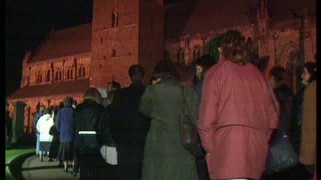 night shots of people queuing to pay their repects at an evening vigil for the 16 children and their teacher who were killed in a shooting at... - controllo delle armi da fuoco video stock e b–roll