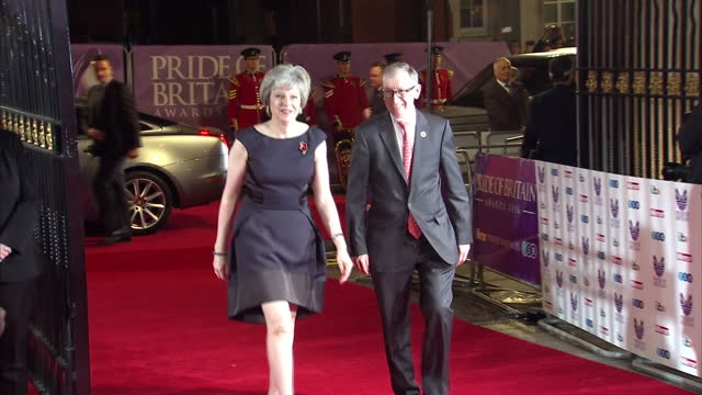 vídeos de stock, filmes e b-roll de night shots of prime minister theresa may arriving with husband philip john may and posing for photos with fans on the red carpet at the pride of... - marido